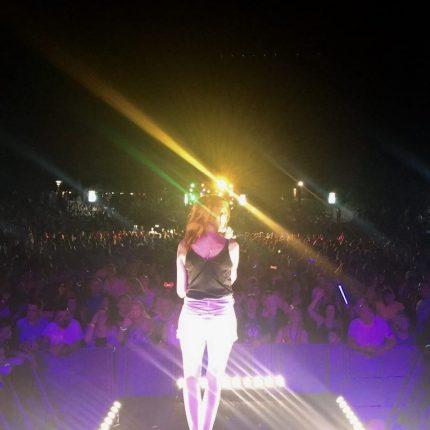 Sängerin Irina Kühn beim Lichterfest auf der 107.7 Bühne