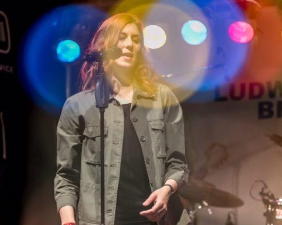 Irina Kühn singt live on stage in Ludwigsburg // © Werner Ottens